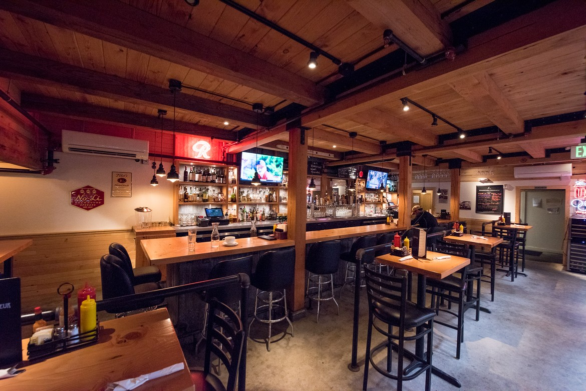 15 Places To Eat Drink Amp Watch The Seahawks Seattle